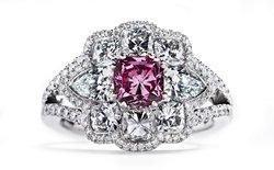 Коктейльное кольцо компании Hartmanns c аргайлским розовым бриллиантом в центре