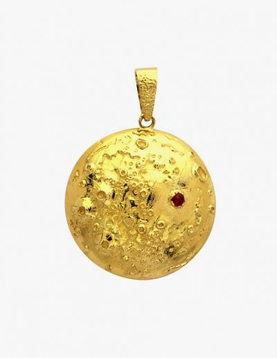 Подвеска в честь высадки на Луну от Van Cleef & Arpels, 1969 год, желтое золото, рубин.