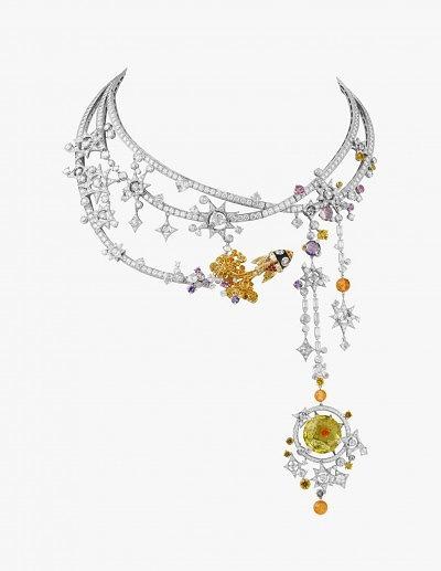 Колье Van Cleef & Arpels: белое и желтое золото, бриллианты, сапфиры, гранат, шпинель и берилл.