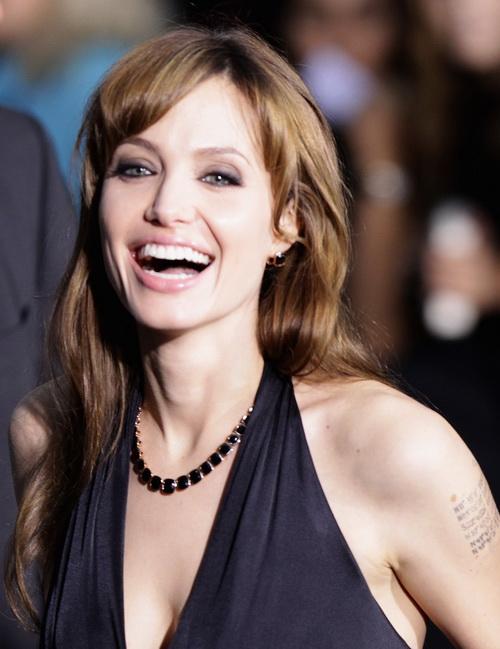 Анджелина Джоли в колье из черной шпинели