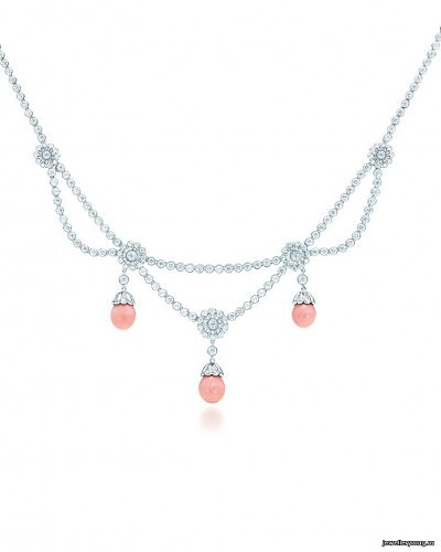 Колье из платины с цветочным мотивом, украшенное бриллиантами и розовыми опалами