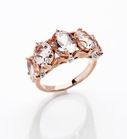 Кольцо из 18-каратного золота с морганитами весом в 5,62 карата и бриллиантами в 0,32 карата