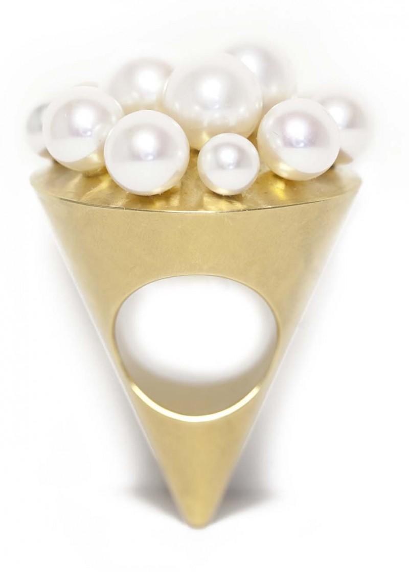 Золотое кольцо в форме мороженого с морским и речным жемчугом.