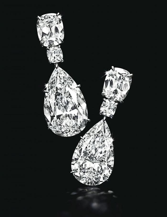 Серьги с грушевидными бриллиантовыми подвесками весом 10,31 и 9,94 карата.