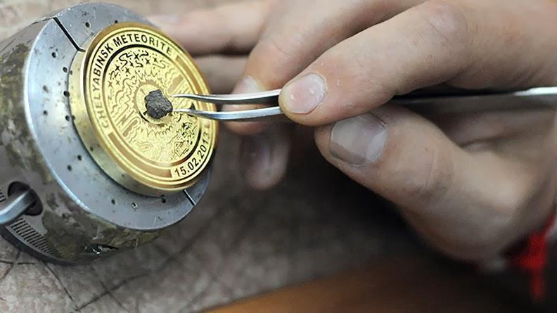 Мастер создает особую коллекционную медаль  с фрагментом Челябинского метеорита в МАОК, в Златоусте