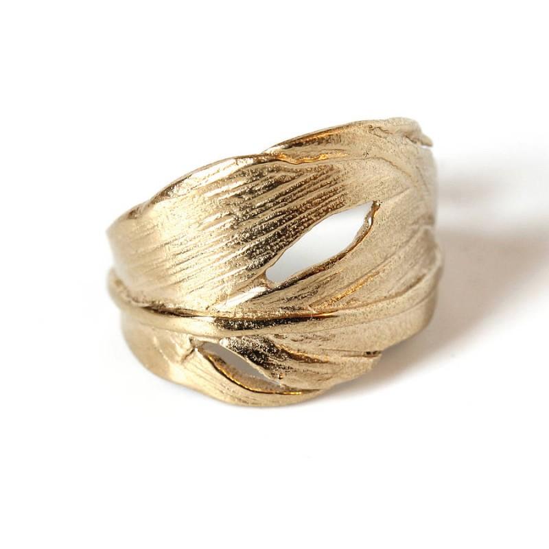 Кольцо в виде перышка из вермея с 18-каратным золотым покрытием от CHUPI