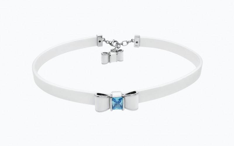 Каучуковое колье-чокер с серебряным бантом, покрытым белой эмалью, и искусственным аквамарином.