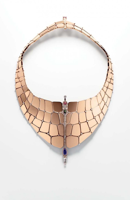 Ожерелье из розового золота с бриллиантами и самоцветами.