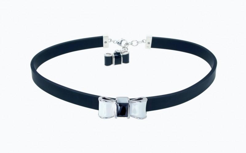 Каучуковое колье-чокер с серебряным бантом, покрытым белой эмалью и черным искусственным камнем.