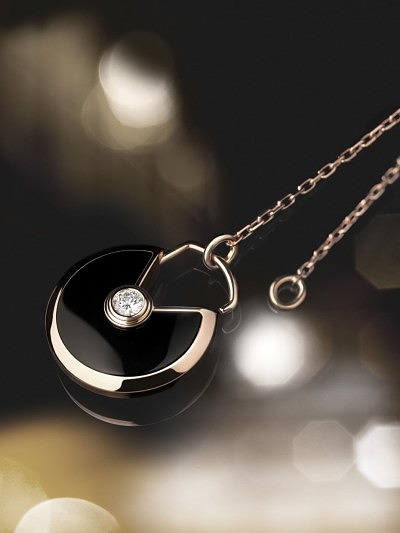 3_Amulette de Cartier small pink gold pendant with onyx surrounding a brilliant-cut diamond