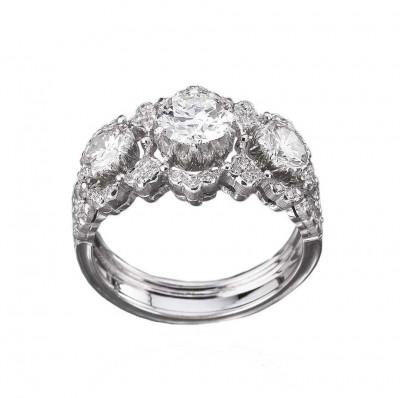 Обручальное кольцо Buccellati из коллекции Romanza с тремя центральными бриллиантами с гравировкой «ригато».