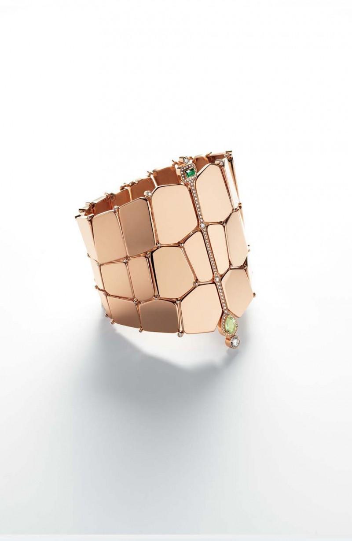 Браслет из розового золота с перидотами, иолитами и бриллиантами.