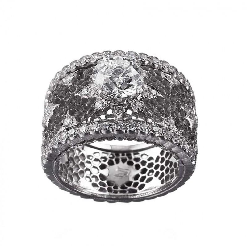 Обручальное кольцо Buccellati из коллекции Romanza со сквозным кружевным узором вокруг центрального бриллианта.