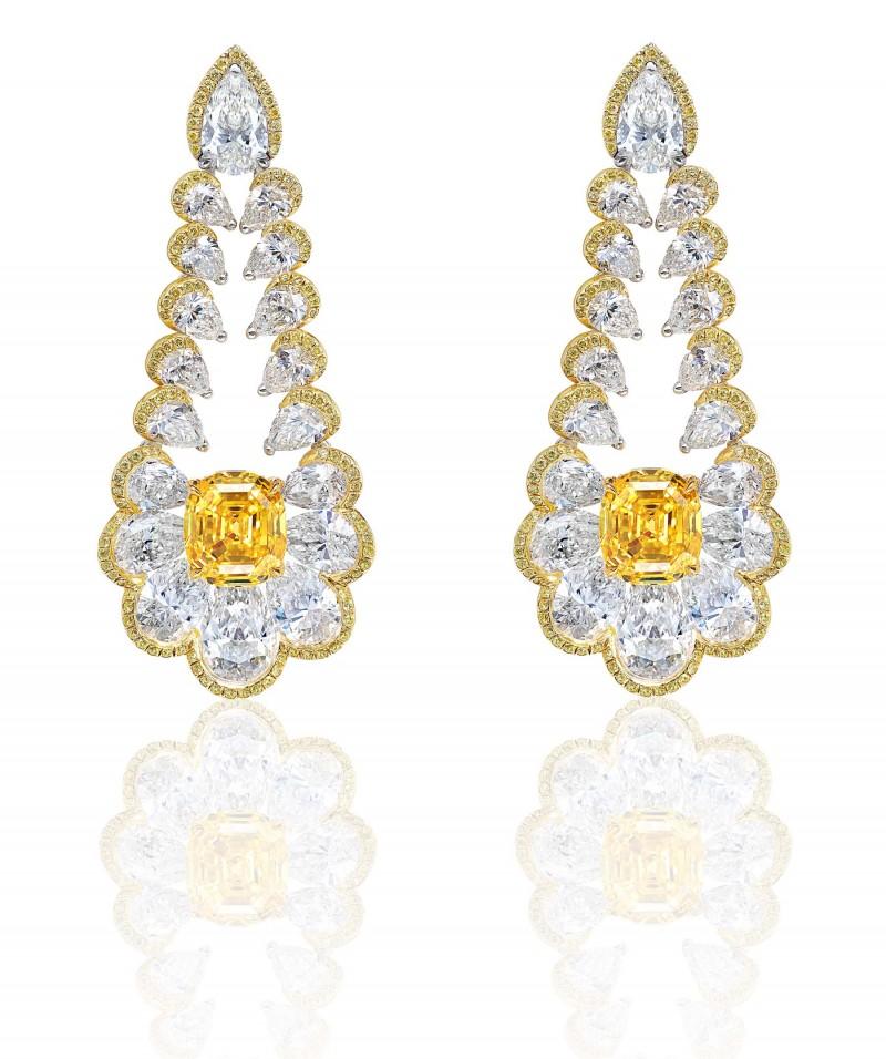 Серьги из желтого золота с бесцветными и ярко-желтыми бриллиантами.