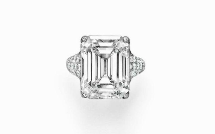 Кольцо Taffin с прямоугольным бриллиантом в 20,08 карата и алмазным паве вокруг центрального камня в оправе из платины; $ 3 077 000.