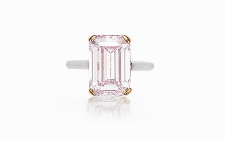 Прямоугольный нежно-розового цвета бриллиант весом 5,91 карата, установленный в кольцо из платины и 18-каратного розового золота; $ 1 835 000