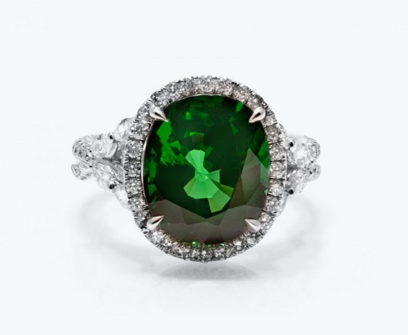 Кольцо с зеленым тсаворитом и бриллиантами.