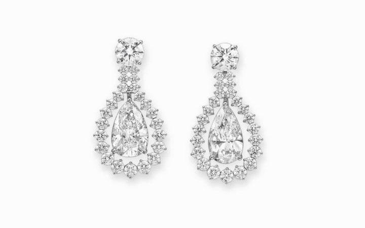 Платиновые серьги с 2 бриллиантовыми «каплями» в окружении из маленьких бриллиантов классической круглой огранки, а также с 2 крупными бриллиантами, венчающими роскошные подвески, по 1,5 карата каждый; $ 905 000.