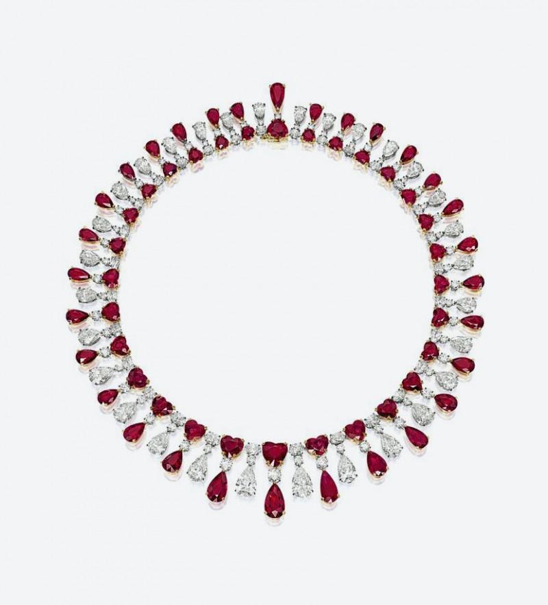 Ожерелье «Красный Император» из платины и 18-каратного желтого золота с 60 красными рубинами общим весом 104,51 карата, а также бриллиантами весом 59,09 карата.
