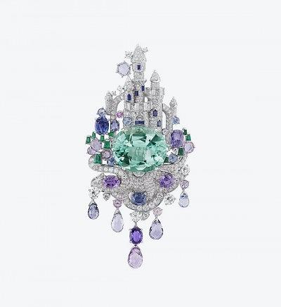 Брошь Enchanted Castle из белого золота с бриллиантами, изумрудами и сапфирами