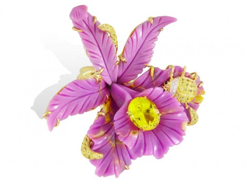 Кольцо Лидии Куртель из новой коллекции Sweet & Sour в форме экзотического цветка из желтого золота с фосфосидеритом, желтыми топазами и желтыми сапфирами.