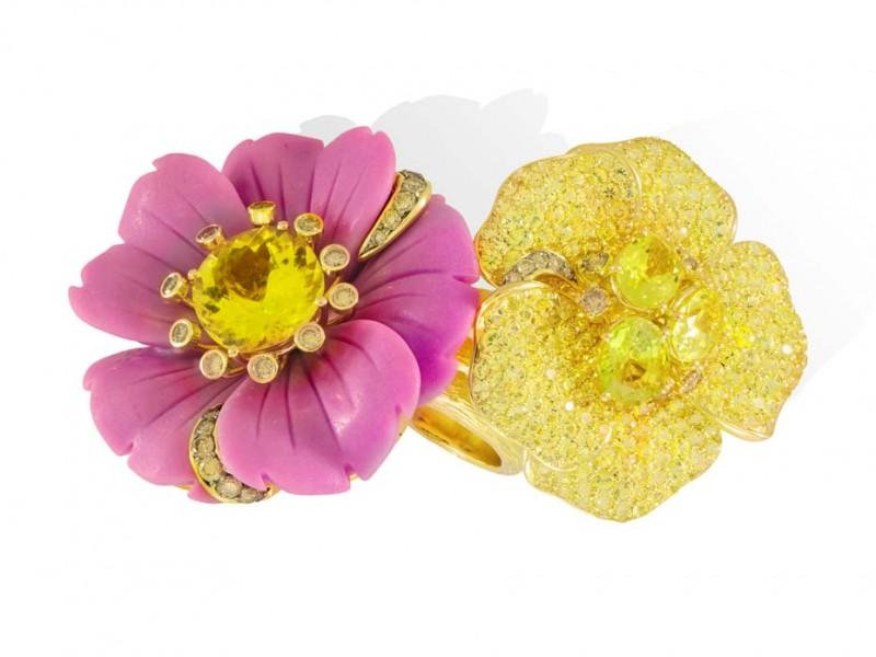 Кольцо из новой коллекции Sweet & Sour в форме двух цветков из желтого золота с фосфосидеритом, желтыми топазами и желтыми сапфирами.