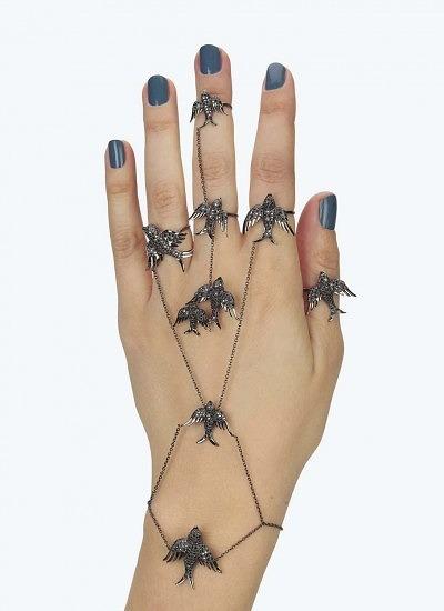 Браслет и кольца с птиками, соединенными тонкими цепочками из черного золота с черными бриллиантами.