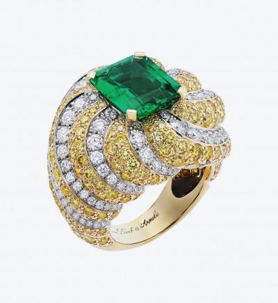 Золотое кольцо Cake Love с белыми и желтыми бриллиантами, а также центральным изумрудом весом 4,48 карата.