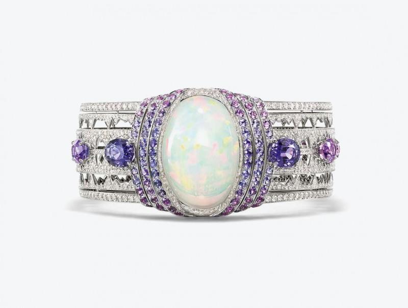 Браслет из белого золота с белым опалом формы кабошон, бриллиантами, фиолетовыми сапфирами от Chaumet из коллекции Lumieres d'Eau high jewellery