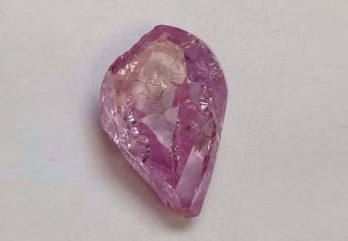 Неогранённый розовый алмаз весом 19,54 карата