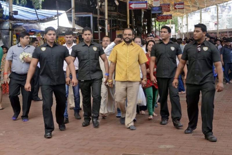 Панкай Паракх в золотой рубашке в окружении охраны.