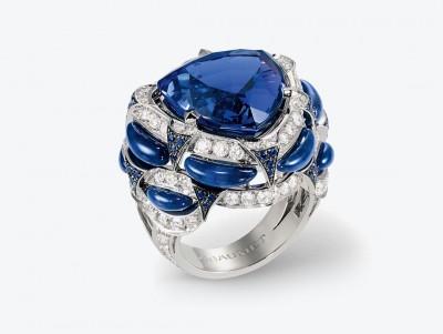 Кольцо Chaumet из коллекции Lumieres d'Eau high jewellery: белое золото, центральный танзанит весом в 16,5 карата, сапфиры, лазуриты и бриллианты