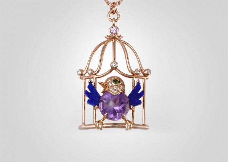 Подвеска с птицей с крылышками из лазурита, аметистовым телом, глазами из граната и розового сапфира, а также украшенная 20 бриллиантами классической огранки, в клетке из розового золота