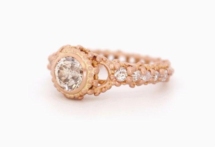 Кольцо из 18-каратного красного золота с бриллиантами общим весом 3,4 карата; 17 500 долларов.