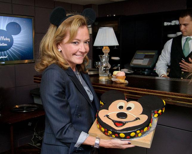 Каролина Шойфеле, креативный директор Chopard, с большим тортом-брауни в форме мордочки Микки Мауса