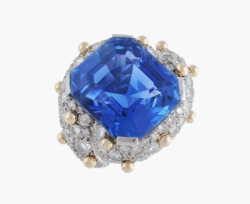 Кольцо с бриллиантами и 30-каратным сапфиром, спроектированное Джин Шлумбергер (ожидаемая цена продажи 32000–48000 долларов).