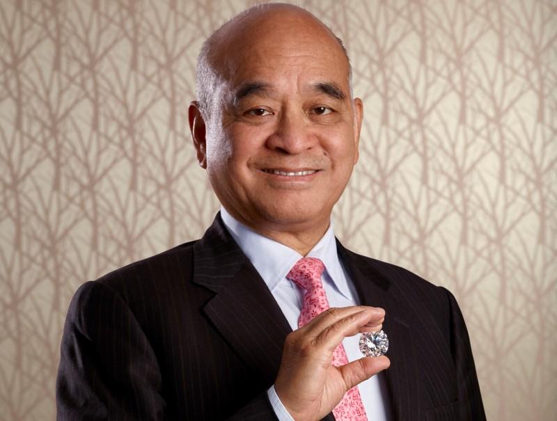 Генри Чен, председатель Chow Tai Fook, с бриллиантом «Наследие Куллинана-1» весом 104 карата