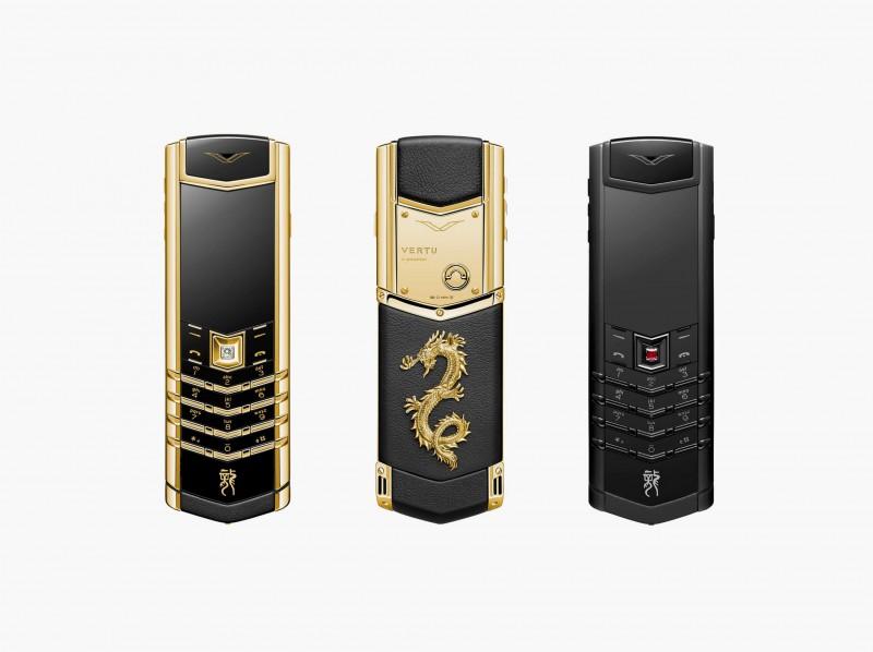 Мобильные телефоны из коллекции Vertu Signature Dragon, выполненные из 18-каратного золота с бриллиантами и черной нержавеющей стали с рубинами.