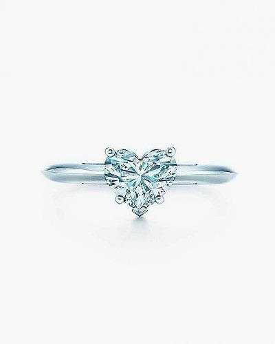 Лаконичное обручальное кольцо от Tiffany & Co.