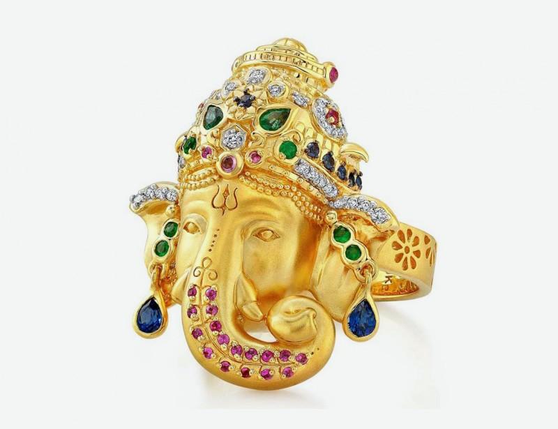 Кольцо из золота с бриллиантами, изумрудами, синими и розовыми сапфирами.