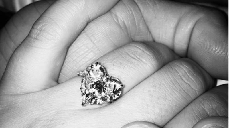Кольцо Леди Гага с бриллиантовым сердцем, созданное на заказ Лоррейн Шварц.