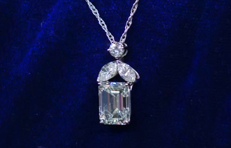 1_Diamond-Necklace-Appraised-By-21-Times-At-Antiques-Roadshow