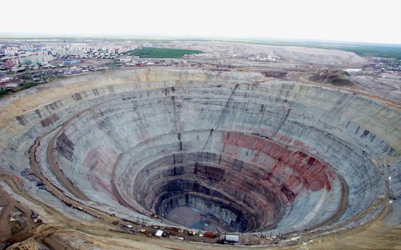 Кимберлитовая трубка «Мир» глубиной 525 метров и диаметром 1,2 километра.