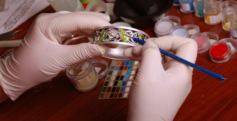 Покрытие ювелирных изделий цветной эмалью
