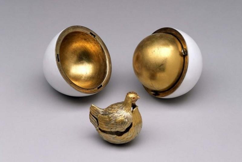 Яйцо «Курочка», подаренное Александром III его жене. Золото и белая эмаль.
