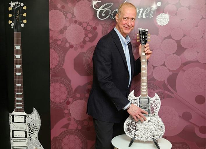 Председатель и главный исполнительный директор Gibson Brands Генри Юшкевич с гитарой Eden of Coronet