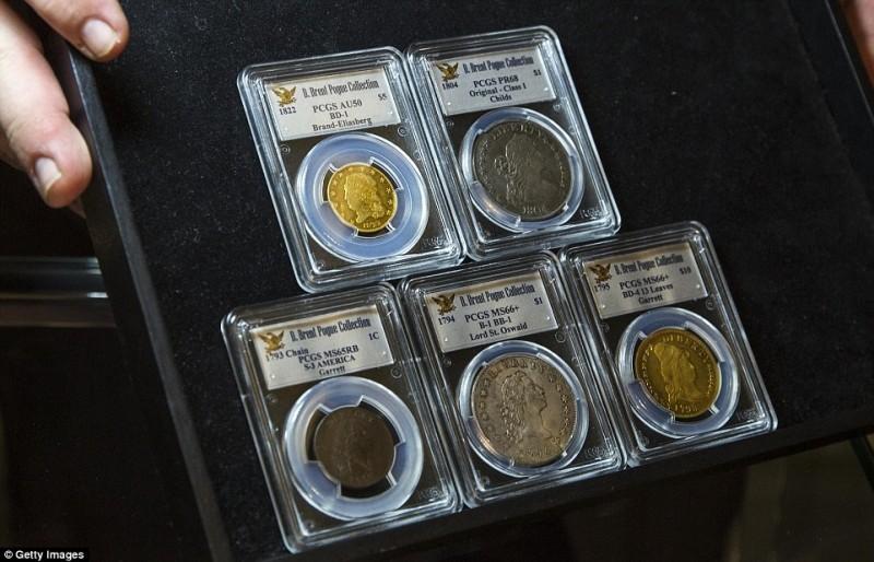 Сотрудник Sotheby's держит в руках планшет с монетами, которые будут предложены на аукционе в мае 2015 года.