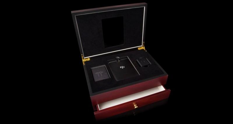 Деревянная шкатулка с Blackberry Passport от Goldgenie.