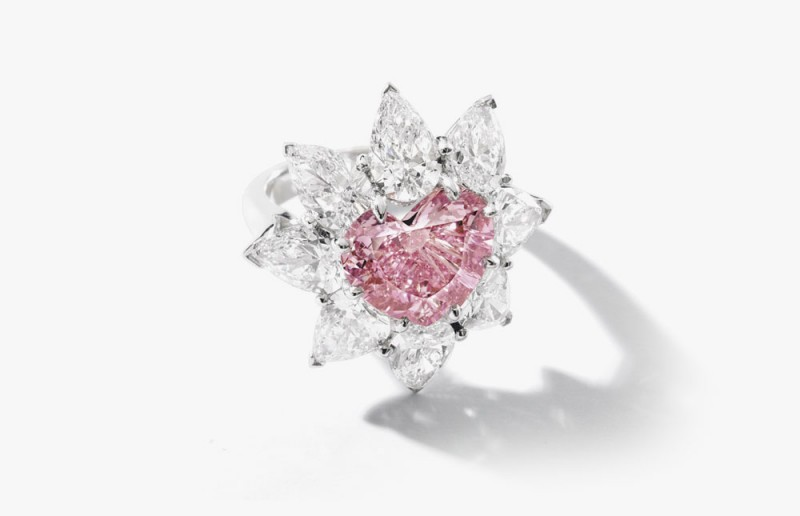 Розовый бриллиант весом 4,57 карата в кольце с бесцветными бриллиантами весом 5,85 карата