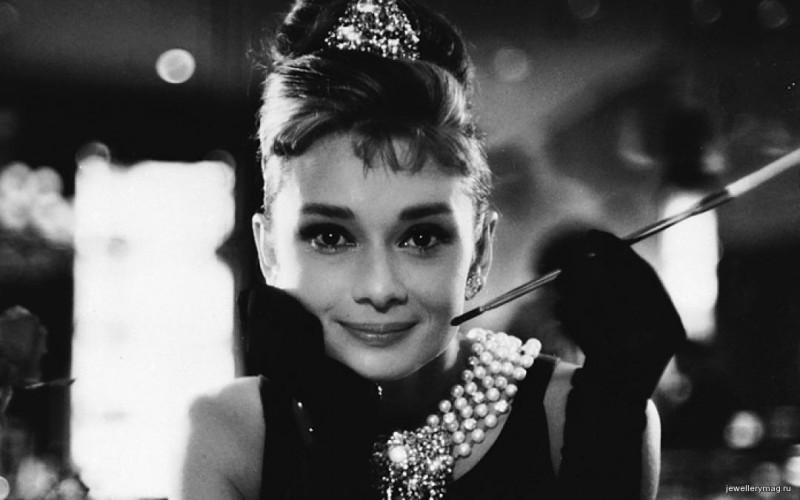 Одри Хепбёрн в жемчужном колье от Tiffany